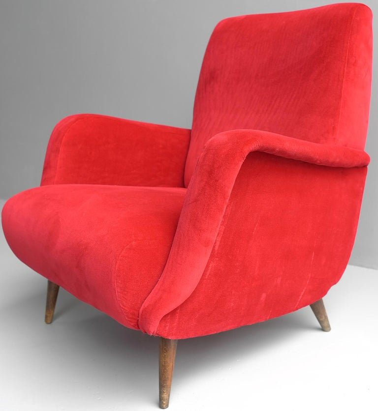 Carlo de Carli Red velvet and Walnut Armchair Model 806 by Cassina, Italy, 1955 In Good Condition For Sale In The Hague, NL