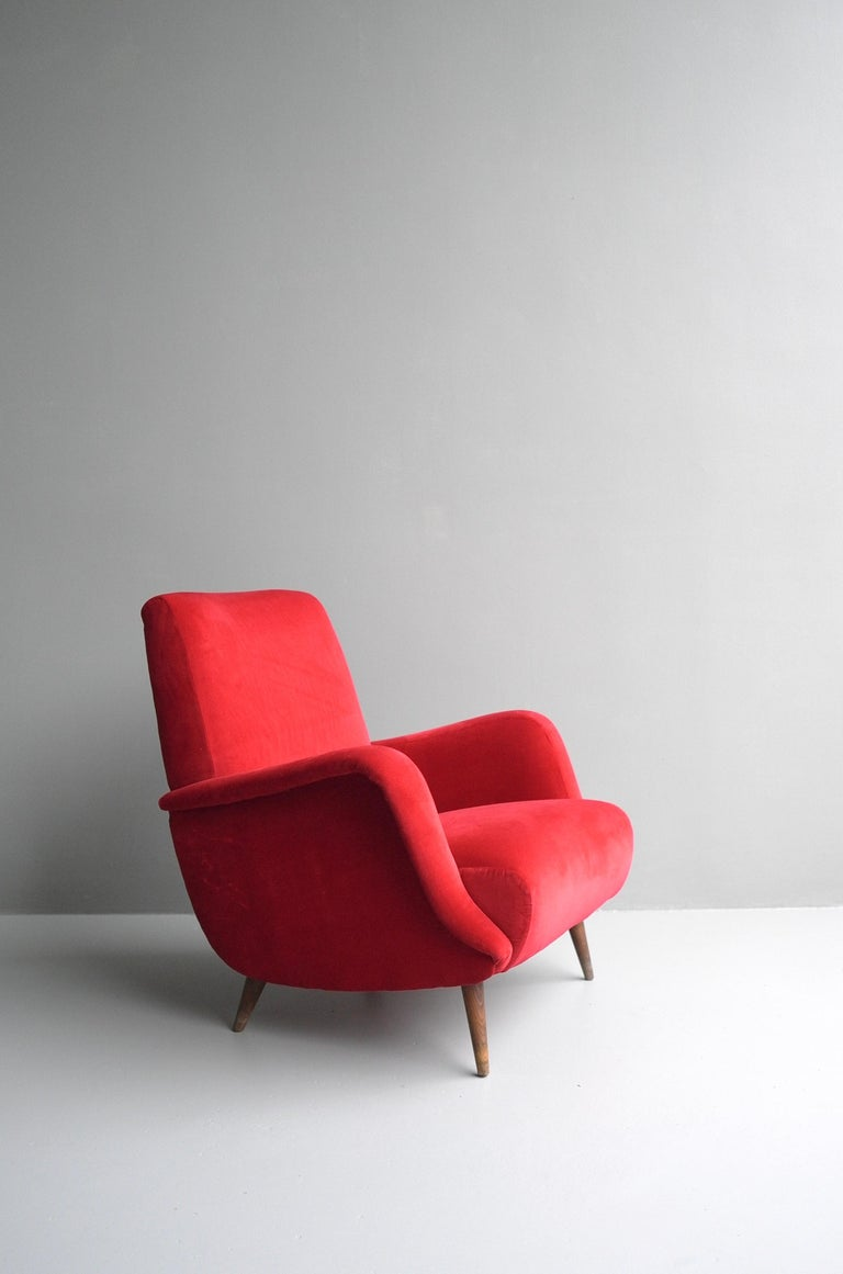 Carlo de Carli Red velvet and Walnut Armchair Model 806 by Cassina, Italy, 1955 For Sale 2