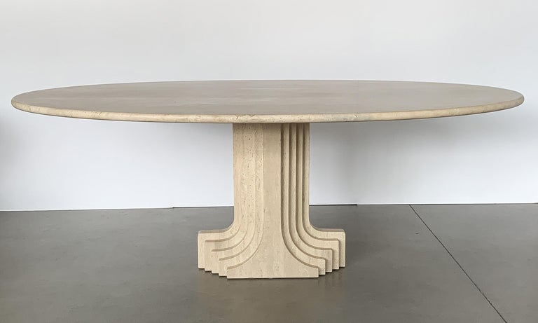 Carlo Scarpa solid travertine 'Samo' pedestal dining table, produced by Simon, Italy circa 1970s. This 'Samo' table is part of the 'Ultrarazionale' collection by Simon. 1.25