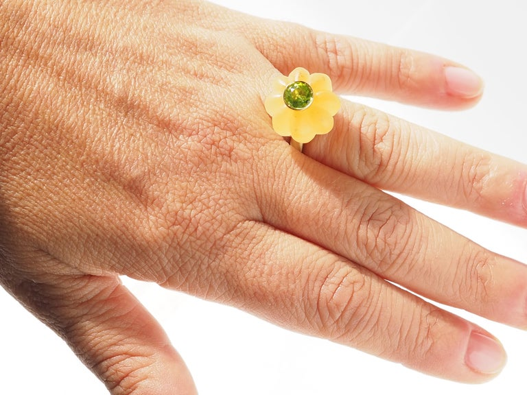 Carnelian Carved Peridot Gold Ring In New Condition For Sale In Milan, IT