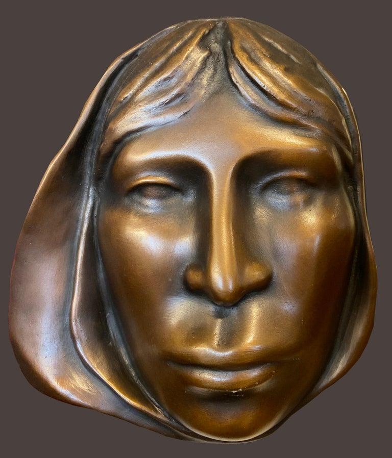 Carol Gold Figurative Sculpture - Mujer