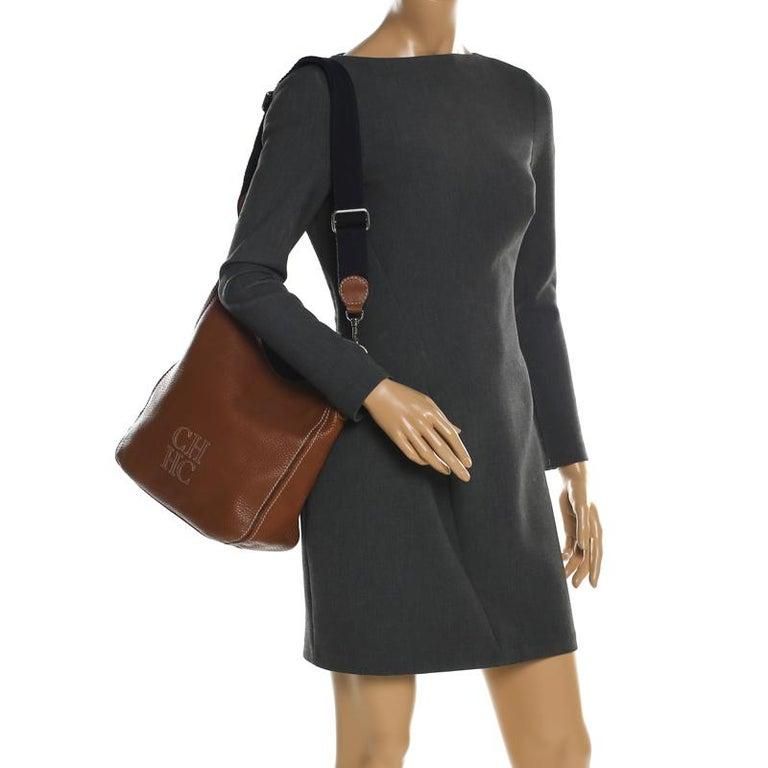 Carolina Herrera Brown Pebbled Leather Messenger Bag In Good Condition For Sale In Dubai, Al Qouz 2