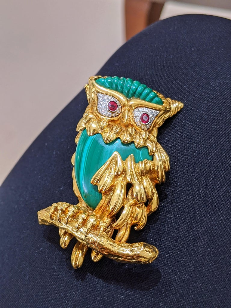 Carrera Y Carrera 18 Karat Gold Owl Brooch with Diamond, Malachite and Ruby For Sale 1