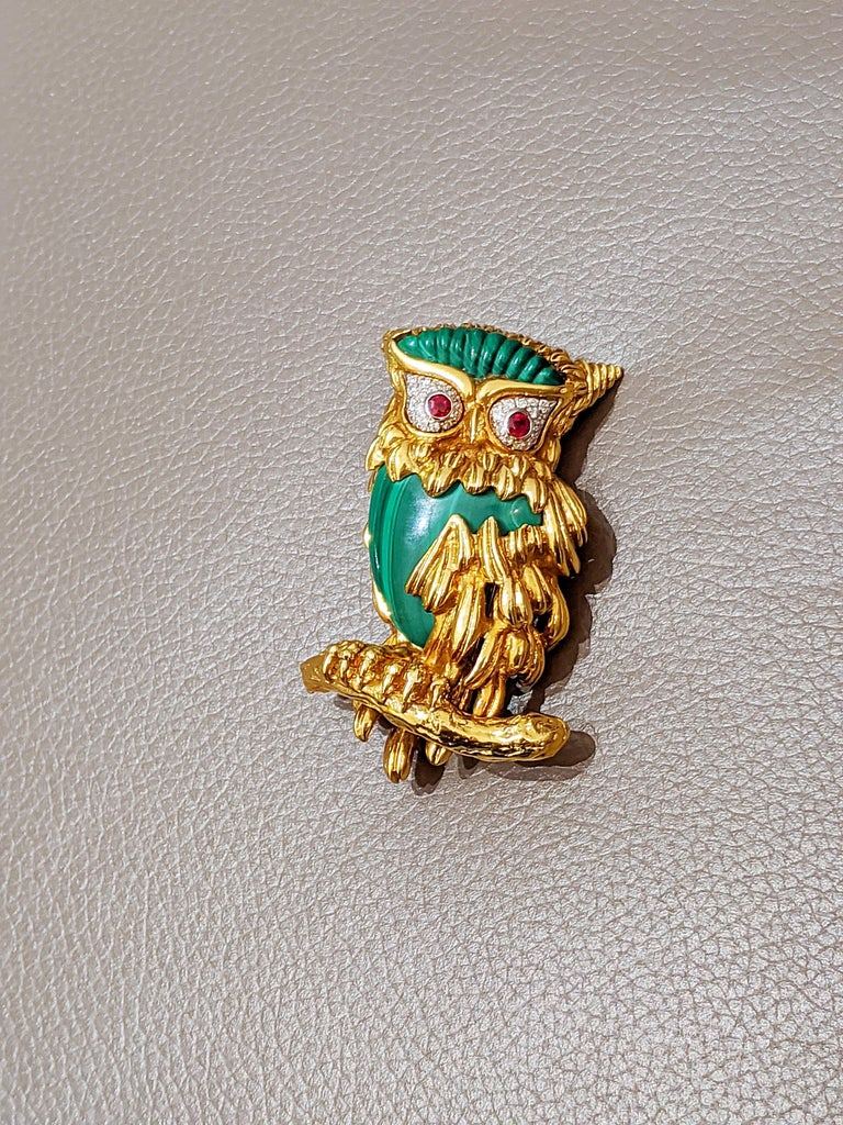Carrera Y Carrera 18 Karat Gold Owl Brooch with Diamond, Malachite and Ruby For Sale 2