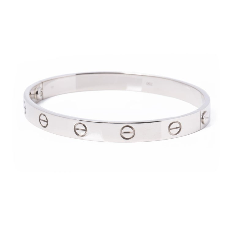 This bangle from Cartier is from their Love collection and features their iconic screw detailing set in 18ct white gold. Complete with a Cartier pouch and service papers. Our Xupes reference is COMJ594 should you need to quote this.