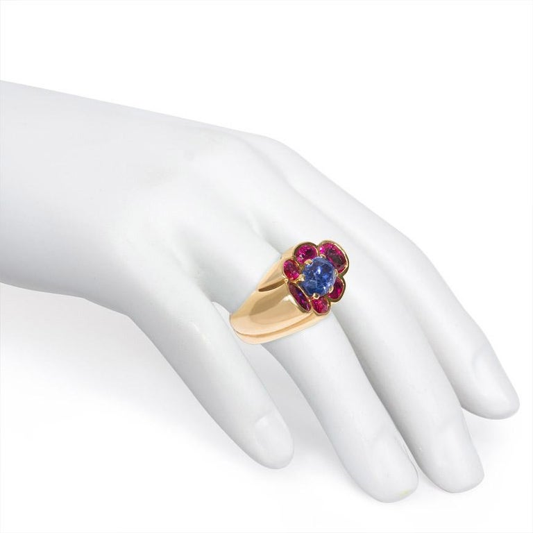 Women's or Men's Cartier 1940s Gold and Two-Color Sapphire Ring of Florette Design For Sale