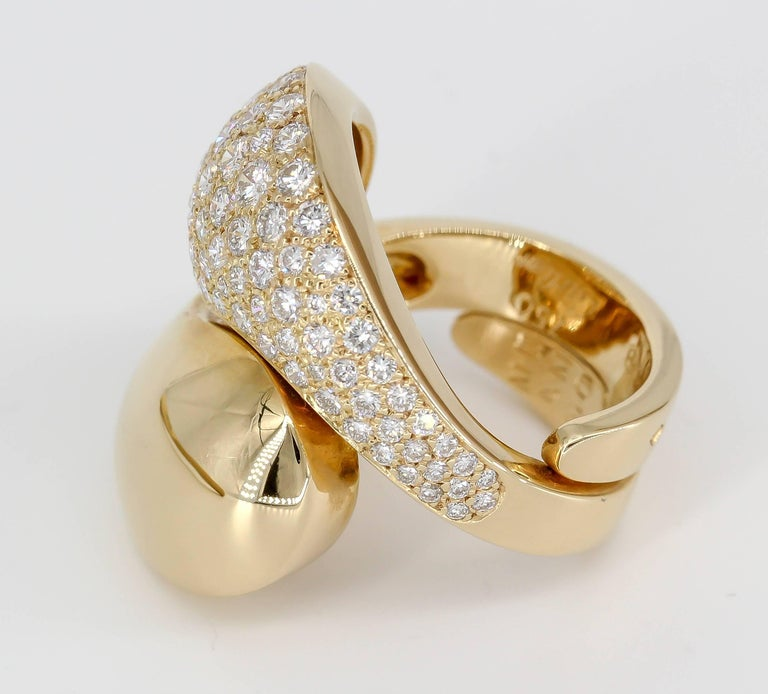 Stylish diamond and 18K yellow gold ring by Cartier. It has a