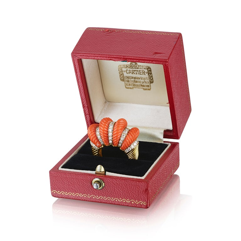 Cartier London Retro Fluted Coral Diamond Gold Ring In Good Condition For Sale In New York, NY