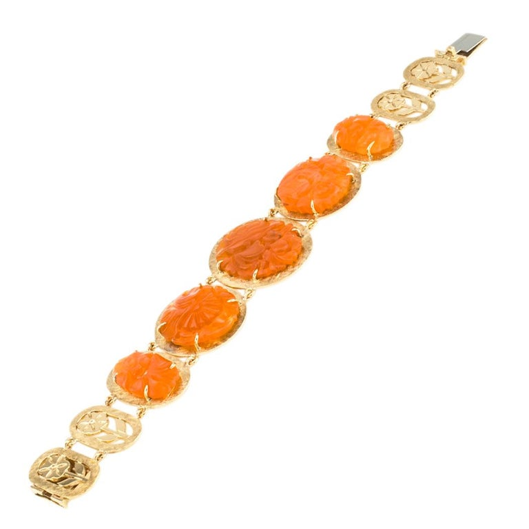 Round Cut Carved Carnelian Yellow Gold Link Bracelet For Sale