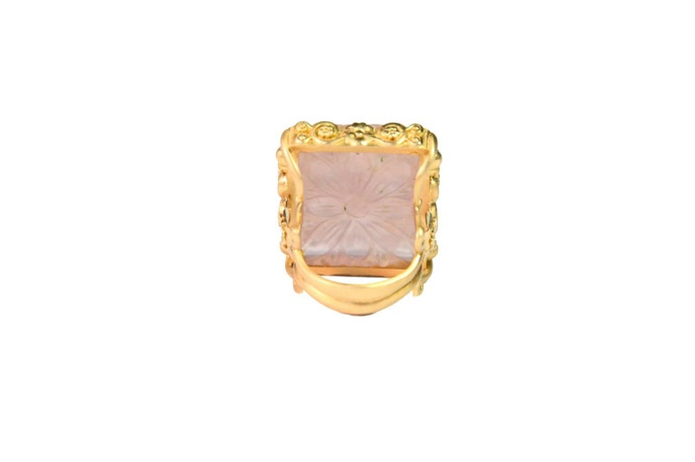 Carved Rose Quartz Stone 18 Karat Gold Cocktail Ring In New Condition For Sale In Milan, IT
