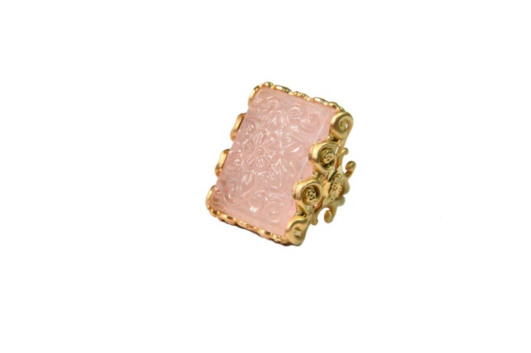 Carved Rose Quartz Stone 18 Karat Gold Cocktail Ring For Sale 1
