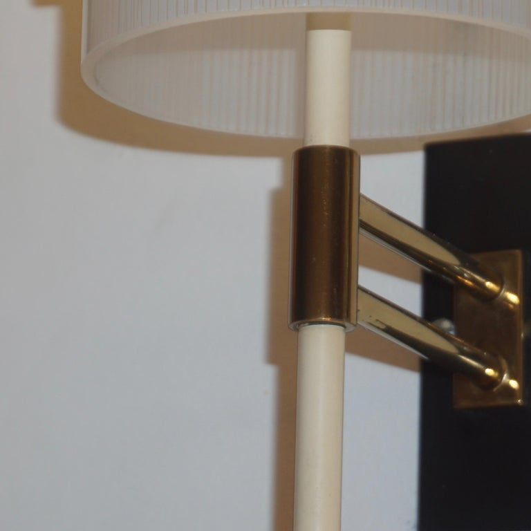 Casey Fantin 1950s Italian Modernist White Striped Frosted Glass Wall Light In Good Condition For Sale In New York, NY