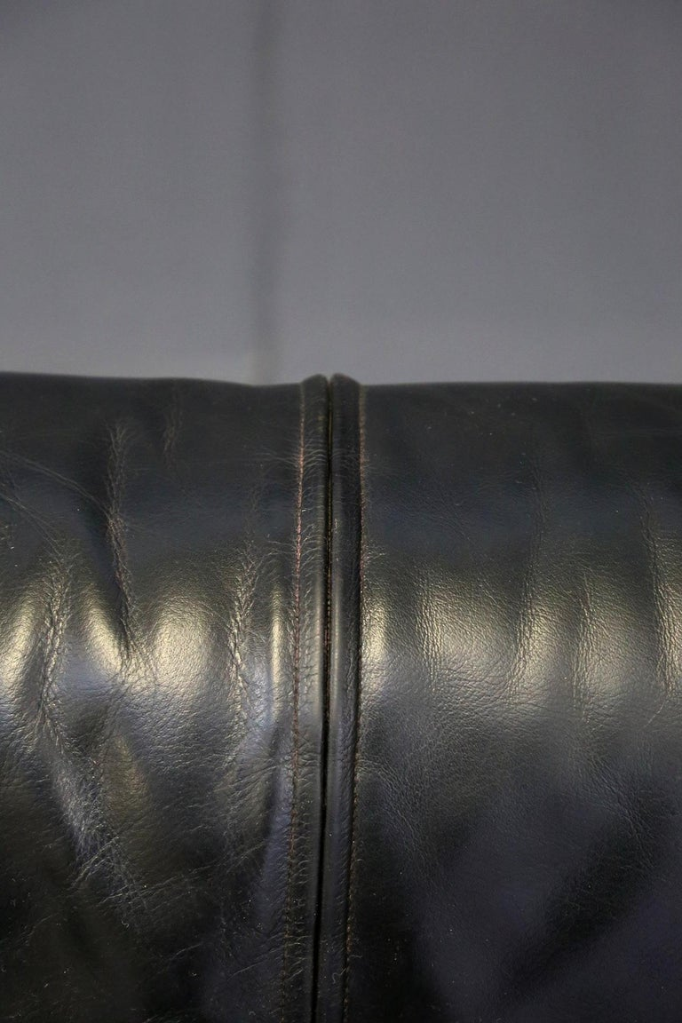 Cassina Minimal Black Leather Italian Sofa, 1970s In Good Condition For Sale In Milano, IT