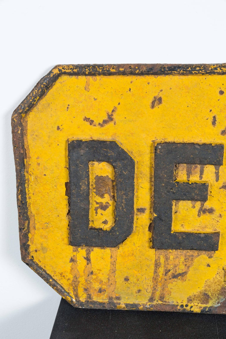 Cast Iron Railroad DERAIL Sign, Early 20th Century In Good Condition For Sale In Santa Monica, CA