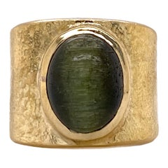 Cat's Eye 18 Karat Yellow Hammered Gold Wide Band Vintage Ring Signed Eveli