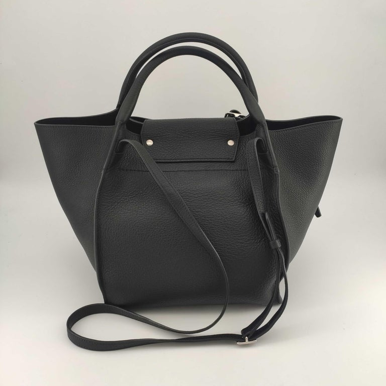 - Designer: CÉLINE - Model: Big bag - Condition: Very good condition.  - Accessories: Dustbag - Measurements: Width: 24cm, Height: 25cm, Depth: 19cm, Strap: 110cm - Exterior Material: Leather - Exterior Color: Black - Interior Material: Suede -