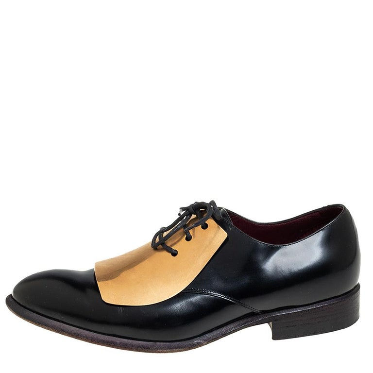 These derby shoes from Celine are sure to make you look smart and very cool. Crafted from leather, they flaunt round toes and lace-ups on the metal vamps. They are equipped with leather-lined insoles and durable soles. With maximum comfort and