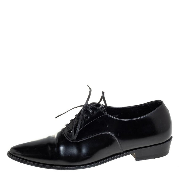 These Celine shoes bring a refined look! The pair is crafted using black leather and feature lace-ups on the vamps and comfortable insoles. Pair the oxfords with a statement shirt and slim-fit trousers for a smart, chic look. Add an oversized blazer