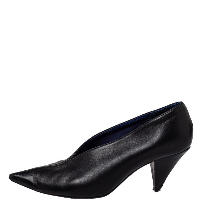Simplicity and sophistication take center stage in these black pumps from Celine! They have been crafted from leather and feature a V-neck silhouette. They come equipped with comfortable leather-lined insoles and 8 cm heels.