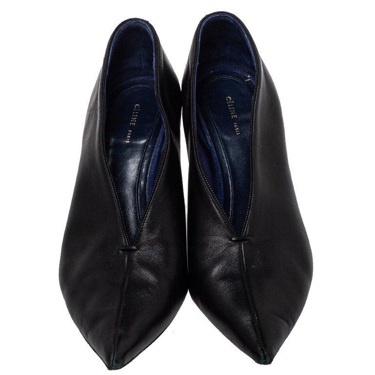 Celine Black Leather V Neck Pointed Toe Pumps Size 37.5 In Fair Condition For Sale In Dubai, Al Qouz 2