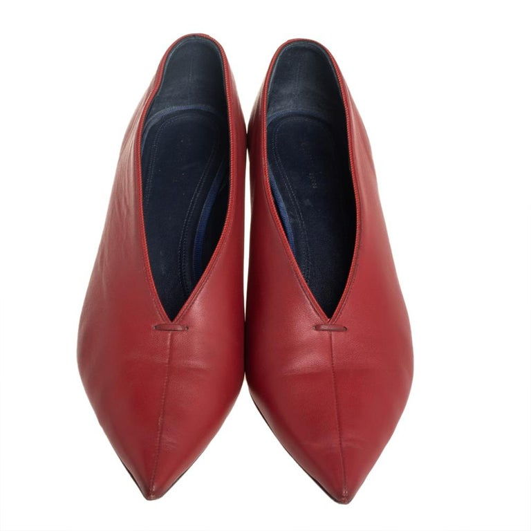 Celine Brown Leather V Neck Pointed Toe Pumps Size 38 In Fair Condition For Sale In Dubai, Al Qouz 2