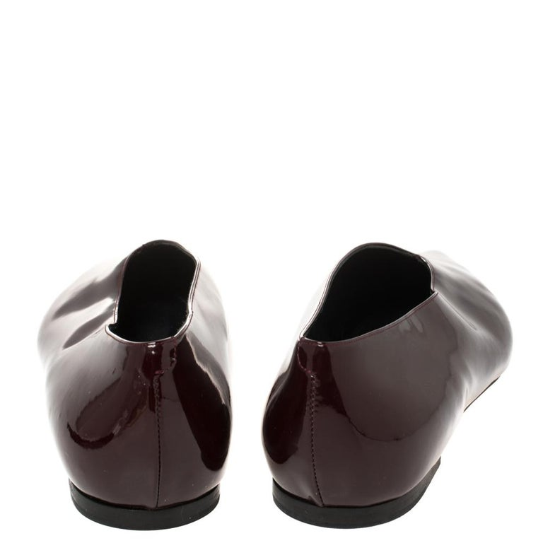 Celine Burgundy Patent Leather V Neck Pointed Toe Flats Size 40 In Good Condition For Sale In Dubai, Al Qouz 2