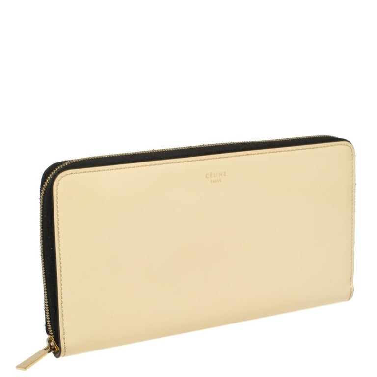 Give your cash and cards a stylish home with this magnificent wallet from Celine. Designed to perfection and crafted from fine quality patent leather, this wallet can be your go-to accessory. Featuring a cream shade and brand logo details on the