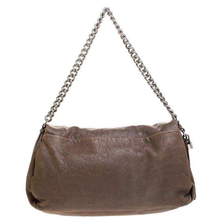 Get this versatile shoulder handbag by Celine for yourself and head out in style. Perfect for a day out or even an evening out with friends, this beautiful creation is a must-have. Crafted in Italy from wrinkled leather, it comes in a lovely shade