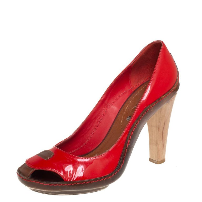 Lend a contemporary touch to your look when you pair your outfit with these classic Celine pumps. This pair of red pumps look simply chic and are made from leather and patent leather. They are designed with round toes and 11 cm heels.