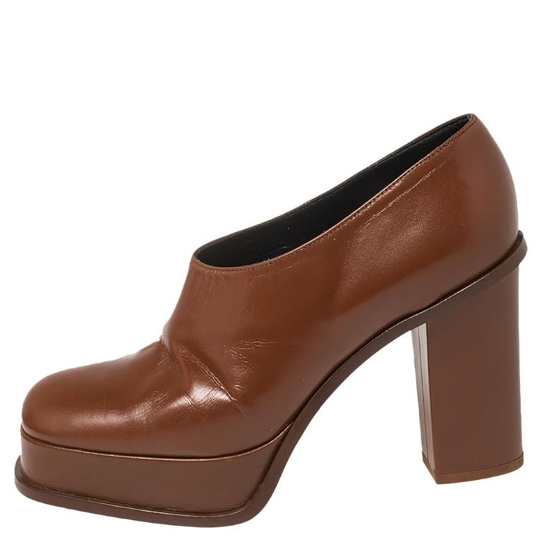 Exuding a sense of understated style and an old-world charm these Celine booties are masterpieces that can elevate a simple outfit. They have been crafted from tan leather and feature square toes. They come with platforms and 10 cm heels.