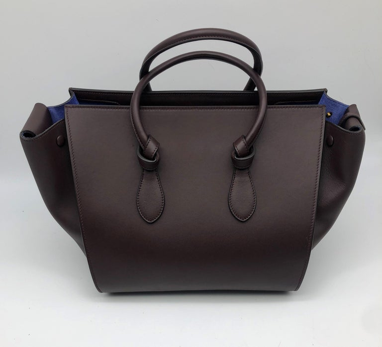 - Designer: CÉLINE - Model: Tie - Condition: Very good condition. Sign of wear on base corners - Accessories: Dustbag - Measurements: Width: 34cm, Height: 25cm, Depth: 17cm - Exterior Material: Leather - Exterior Color: Burgundy - Interior Material: