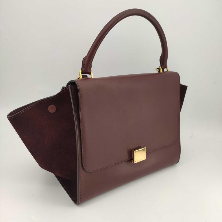 - Designer: CÉLINE - Model: Trapeze - Condition: Good condition. Sign of wear on Leather, Slight marks on interior, Scratches on hardware - Accessories: Dustbag - Measurements: Width: 30cm, Height: 23cm, Depth: 15cm, Strap: 75cm - Exterior Material: