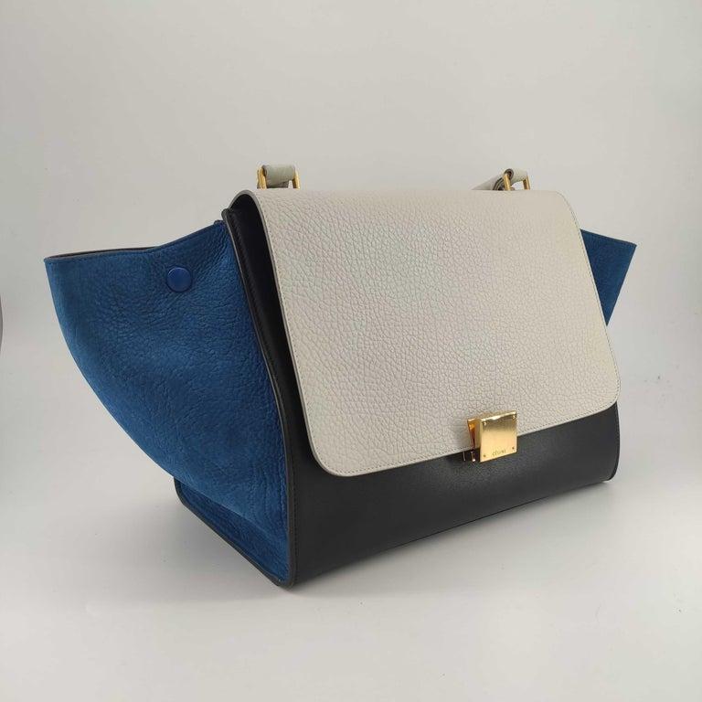 - Designer: CÉLINE - Model: Trapeze - Condition: Very good condition.  - Accessories: Dustbag - Measurements: Width: 29.5cm, Height: 24cm, Depth: 17cm, Strap: 75cm - Exterior Material: Leather - Exterior Color: White - Interior Material: Leather -