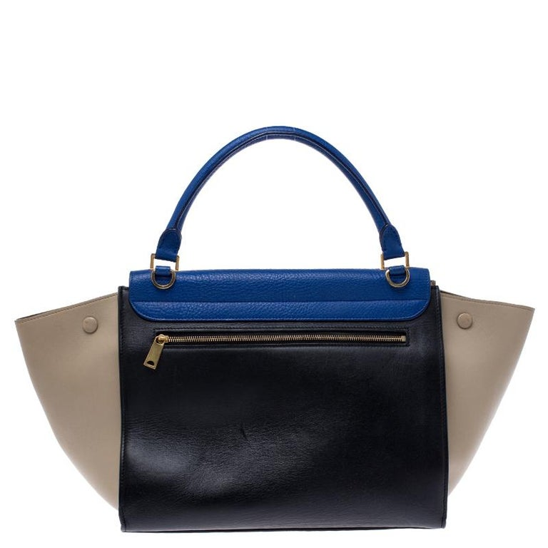 In every stride, swing, and twirl, your audience will gasp in admiration at the beautiful sight of this Celine bag. Crafted from leather in Italy, the bag has a style that will catch glances from a mile. It has been designed with the signature