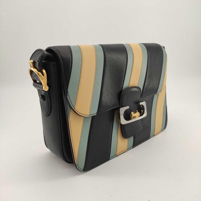 - Designer: CÉLINE - Model: Triomphe - Condition: Very good condition. Sign of wear on Leather - Accessories: None - Measurements: Width: 26cm, Height: 18cm, Depth: 7cm, Strap: 88cm - Exterior Material: Leather - Exterior Color: Multicolour -