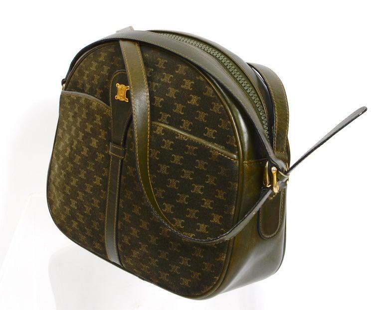 Celine vintage hunter green logo crossbody bag In Good Condition For Sale In Antwerp, BE