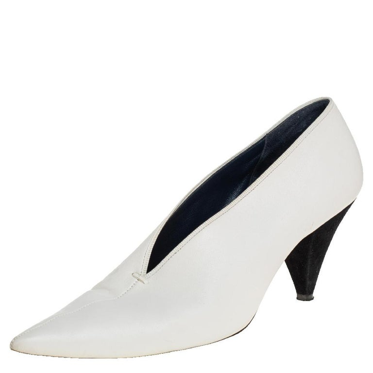 You are sure to fall head over heels in love with this pair of V Neck pumps from Celine. The exterior of these sandals has been crafted from white leather and is designed with a V-shaped cut at the vamps. They feature pointed toes and 8 cm heels.
