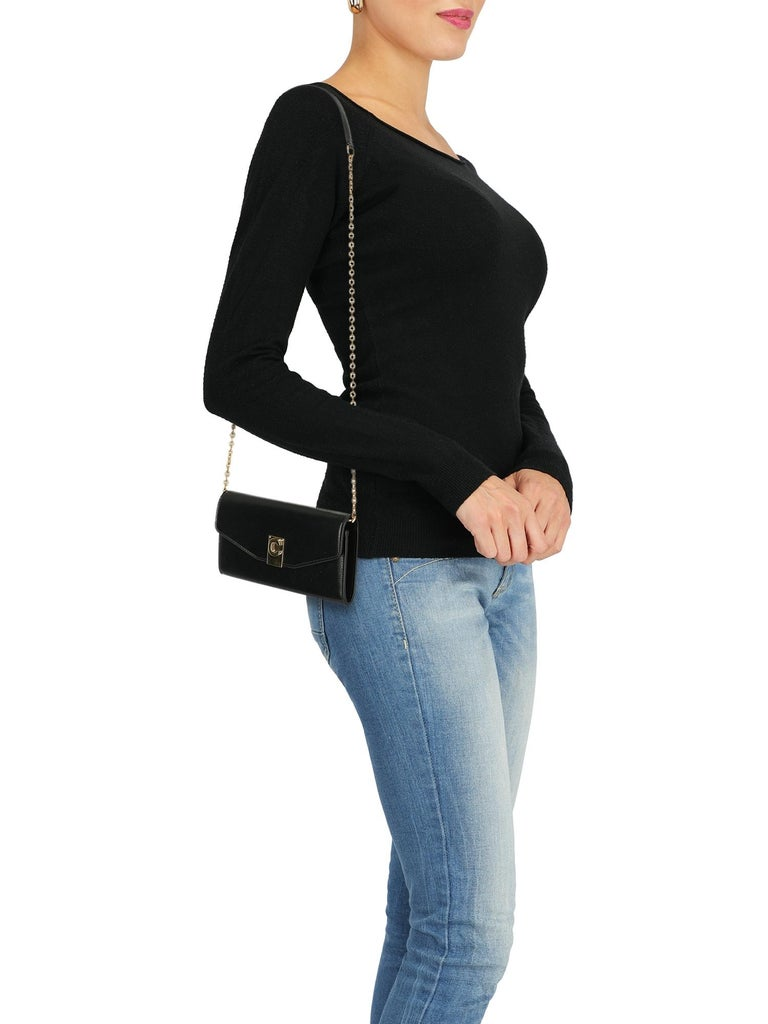 Woman, leather, solid color, front logo, button fastening, gold-tone hardware, internal card slot, internal zipped pocket, day bag.  Includes: - Box - Dust bag  Product Condition: New With Tag External Leather: negligible mark.  Measurements: Width: