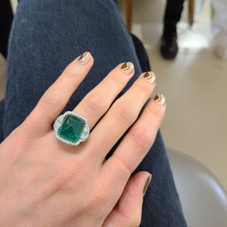 10.58 Carat Sugarloaf Cabochon Emerald and Diamond Ring In New Condition For Sale In New York, NY