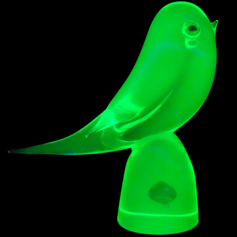 Very cute Murano hand blown Sommerso glowing yellow green and blue Italian art glass bird figurine. Documented to the Cenedese company. Created with Uranium glass, which glows neon green under a black light. It has blue eyes, and a blue teardrop