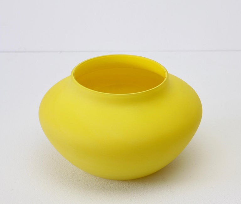 Cenedese Vintage Colorful Italian Yellow Matt Satin Murano Art Glass Vase In Excellent Condition For Sale In Landau an der Isar, Bayern
