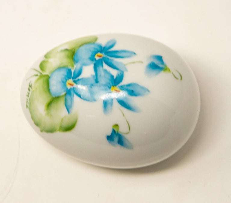 Ceramic Eggs with Floral Motif In Good Condition For Sale In Cookeville, TN