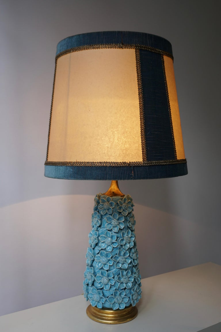 Charming Italian ceramic flower table lamp on a gilt wooden base with original lamp shade. Diameter 41 cm. Height 75 cm. Height ceramic base 39 cm. Weight 4 kg.
