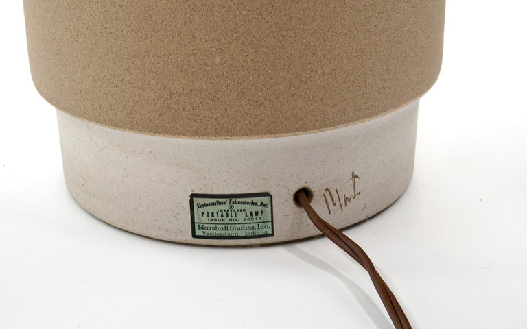 Mid-20th Century Ceramic Table Lamp in White and Taupe by Gordon Martz, Signed, All Original For Sale
