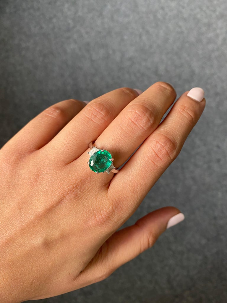 Certified 2.56 Carat Oval Shape Emerald and Diamond Three-Stone Engagement Ring In New Condition For Sale In Bangkok, Thailand