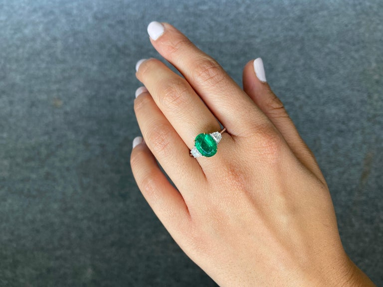 Certified 2.68 Carat Oval Cut Emerald and Diamond Three-Stone Engagement Ring In New Condition For Sale In Bangkok, Thailand