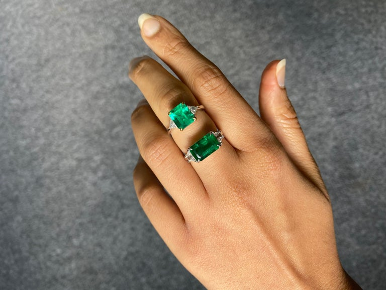 Certified 3.42 Carat Emerald and Diamond Three-Stone Engagement Ring In New Condition For Sale In Bangkok, Thailand