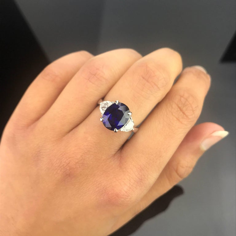 Certified 5.06 Carat Vivid Blue Sapphire and Diamond Three-Stone Ring In New Condition For Sale In Kowloon, HK