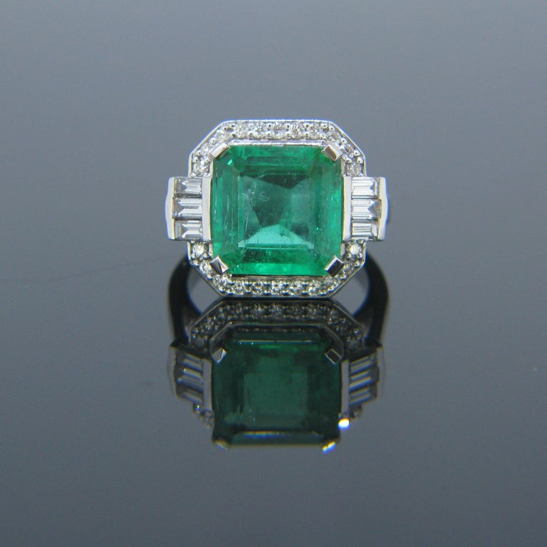This stunning new ring is set with a 5.11ct Colombian emerald. The emerald comes with a gemmological report. It is surrounded by 6 baguette cut diamonds and 22 round cut diamonds for a total carat weight of 0.71ct. The ring is fully made in 18kt