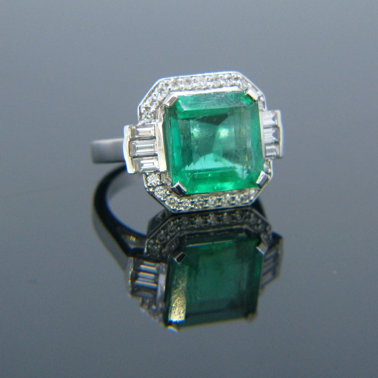 Contemporary Certified 5.11 Carat Colombian Emerald and Diamonds White Gold Ring For Sale